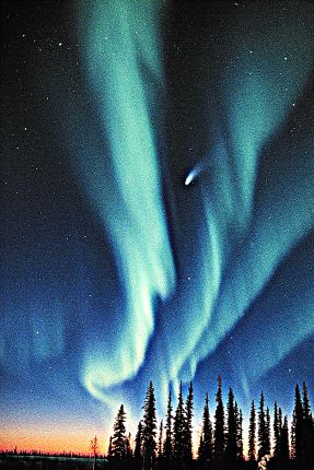Aurora with comet. Hale-Bopp (Dick Hutchinson ©)